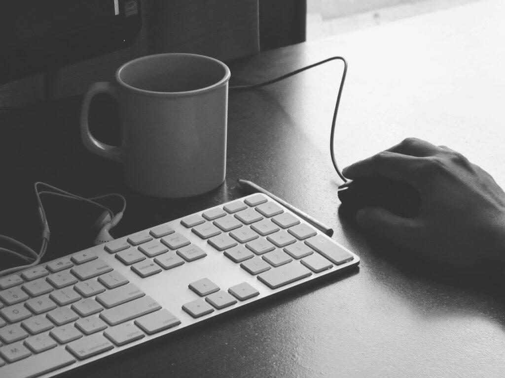 Trabalhar em casa - utilize seu computador e cadastre-se em sites de currículos